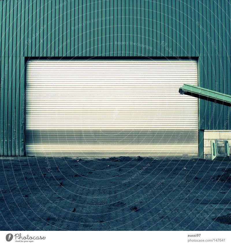 Saisonale Öffnungszeit Haus verbarrikadiert Gewerbegebiet grün Fabrikhalle Werkstatt geschlossen Eingang urinieren Förderband Industrie Häuserwand Einsamkeit