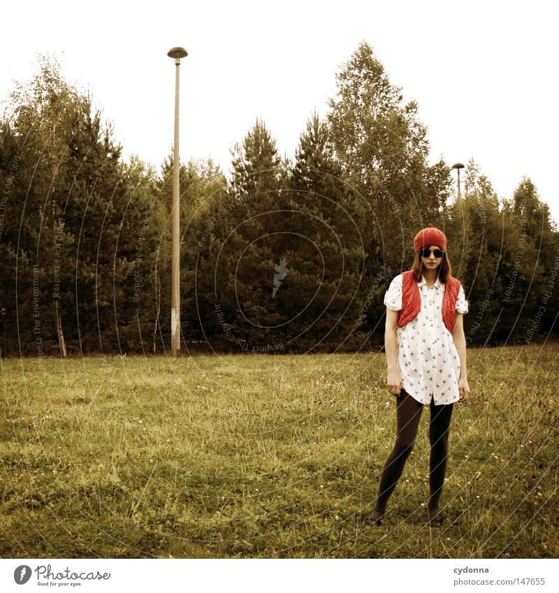 Daneben stehen Frau Mensch Baum schön Einsamkeit Ferne Wiese Leben Gefühle Gras Stil Stimmung Lampe Horizont Zeit ästhetisch