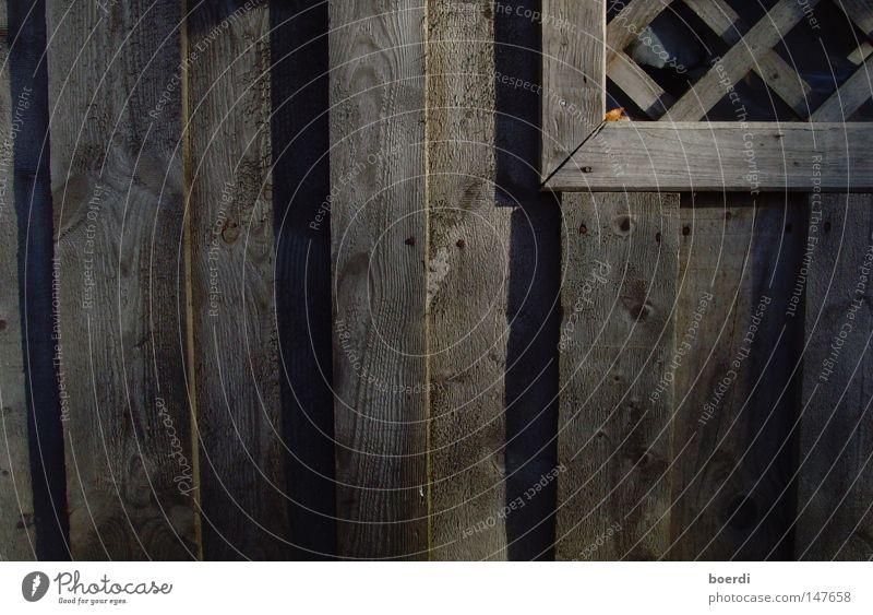 gEnagelt Holz Strukturen & Formen Scheune Detailaufnahme Schatten regelmässig Gegenteil Kreuz quer Fenster Nagel alt grau Farblosigkeit Bauernhof verfallen