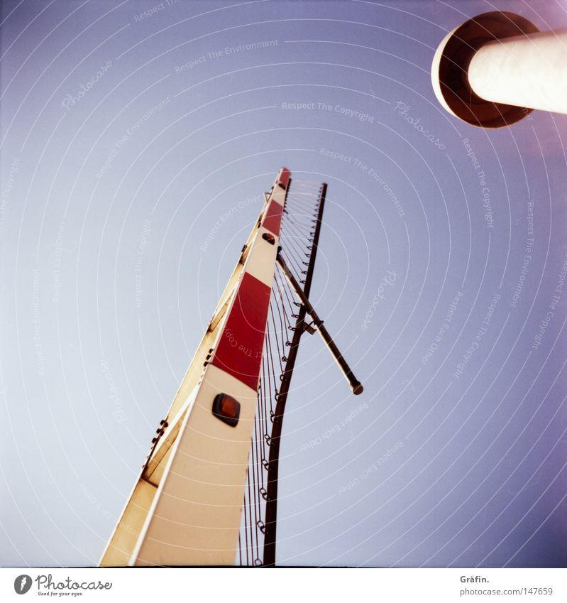 [HH 3.0] Sagt die Lampe zur Schranke.... Himmel blau Lampe hoch Verkehr Baustelle Streifen Symbole & Metaphern Schönes Wetter Gitter Verbote schließen strecken Schranke rot-weiß Durchfahrtsverbot