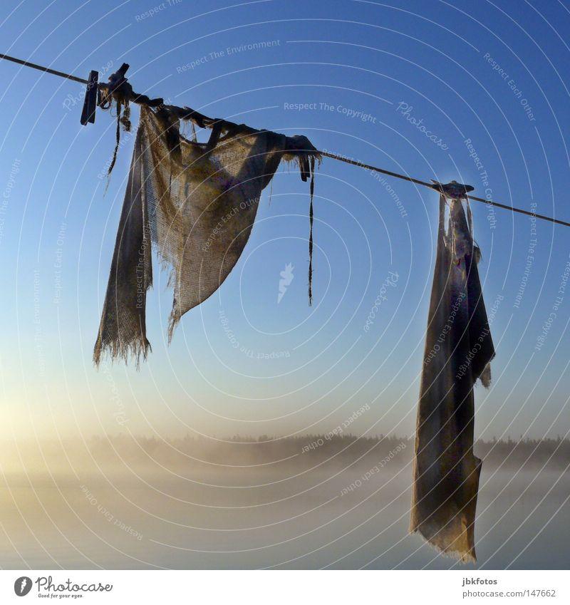 hängengelassen Wäsche Wäscheleine 2008 Nova Scotia Kanada Nebel Morgen Wäscheklammern Putztuch alt Seil Himmel blau weiß braun Quadrat verfallen Jute Sack