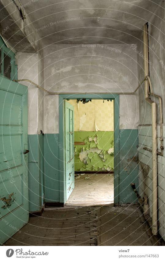 Eingang Tür Tor Ausgang gehen alt schäbig Farben und Lacke Kontrast Ruine Raum trist ruhig offen leer verfallen Menschenleer Flur Unbewohnt Unbewohnbar Verfall