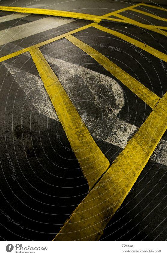 auf leisen sohlen Fußspur Schuhe glänzend verfallen kaputt Streifen chaotisch durcheinander gelb Beton Teer Garage Tiefgarage Bordsteinkante graphisch grell