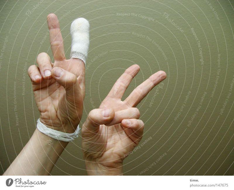 Neulich in der Notaufnahme Wunde Verband Hand Finger Erste Hilfe Leben Handwerk Kraft siegessicher Victory-Zeichen Handteller Farbfoto Gedeckte Farben