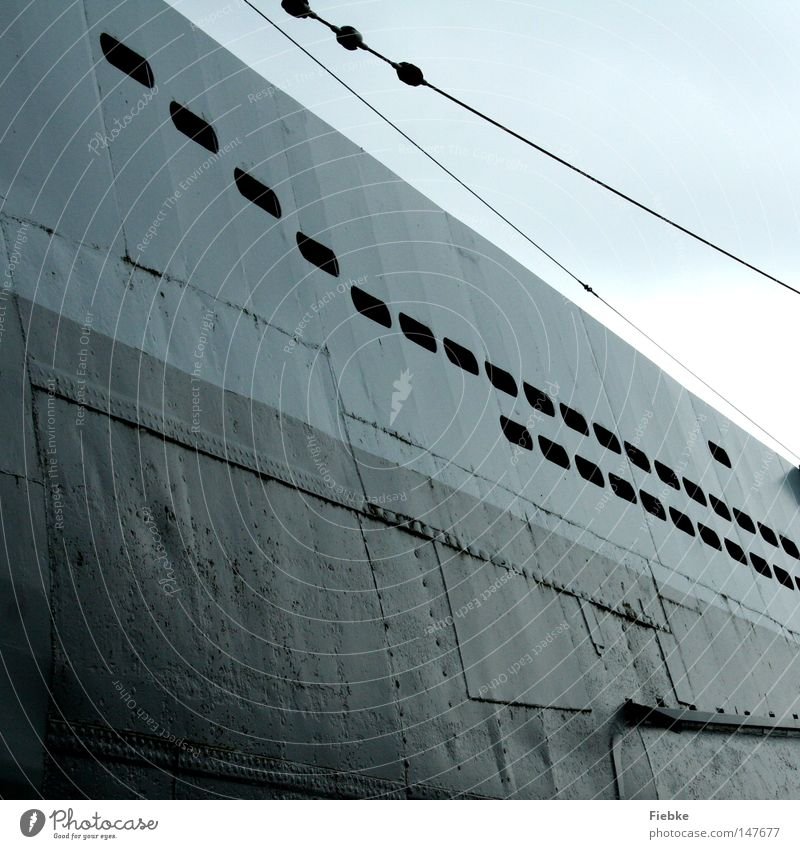 abtauchen Detailaufnahme Bildausschnitt Linie Strukturen & Formen grau Metall Geometrie Seil U-Boot Fenster Luke Meer See Wasserfahrzeug Schraube Niete