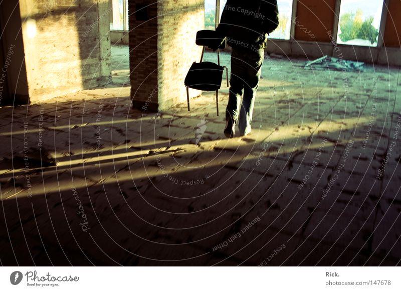 .Schlepp! getragen Physik Mobilität Sitzgelegenheit Sitzung Polster weich Mann schwer Güterverkehr & Logistik Fenster Licht Lichteinfall Sonne Abenddämmerung