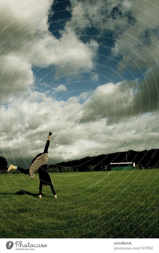Beratschlagt! Radschlagen Wiese grün Wolken Platz Sport schön Sommer Frühling Fröhlichkeit Turner Turnen Frau Jugendliche Gras weiß Freude Spielen Wildtier blau