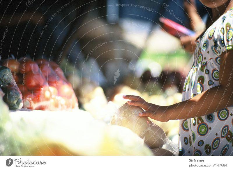 12 [street stories - fruit buyers] Markt Frucht Ernährung kaufen Gastronomie Afrika Gemüse Lebensmittel Tomate wählen sortieren Kürbis Mensch Händler Kinderhand Gemüsemarkt
