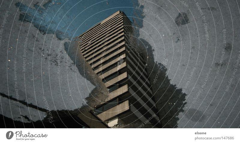 ::STREETART:: träumen Haus Pfütze wirklich Nebel nass Herbst Hochhaus Gebäude Material Fenster live Block Beton Etage trist dunkel Leidenschaft Spiegel