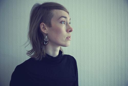 Regard vers l'avenir Mensch Junge Frau Jugendliche Leben Pullover Ohrringe Haare & Frisuren Scheitel Sidecut Denken Blick warten Unendlichkeit Stimmung Vorsicht