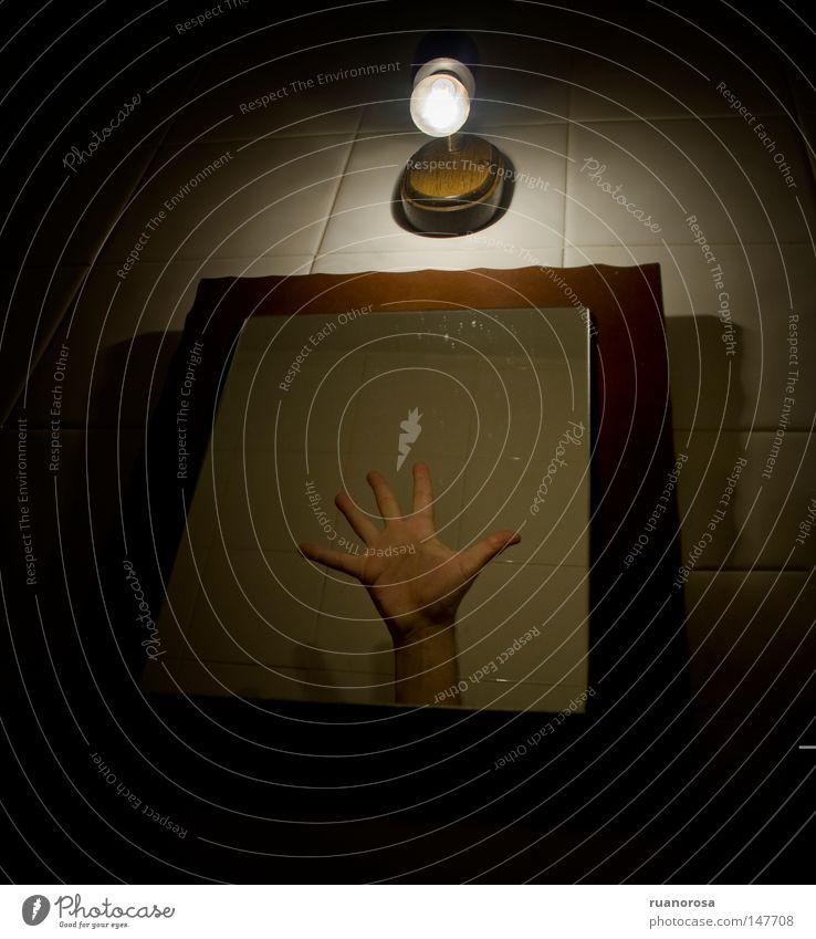 fangen einfangen schnappen Hand Spiegel Finger Fliesen u. Kacheln schubsen dunkel obskur Dämmerung Großbrand Terror Ekel fremd seltsam Handwerk