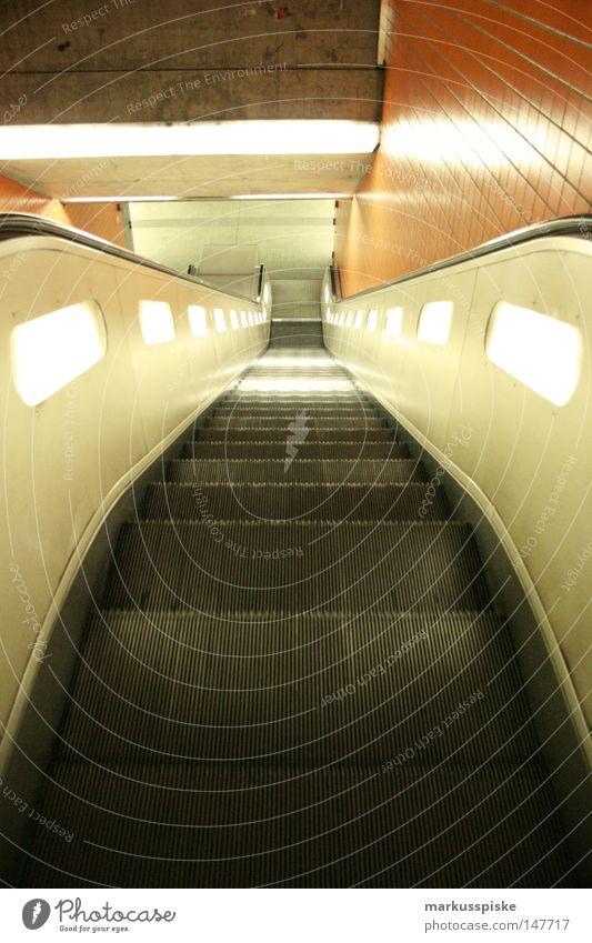in den untergrund Einsamkeit London orange Treppe retro Güterverkehr & Logistik Fliesen u. Kacheln U-Bahn Mobilität London Underground Verkehrsmittel Rolltreppe