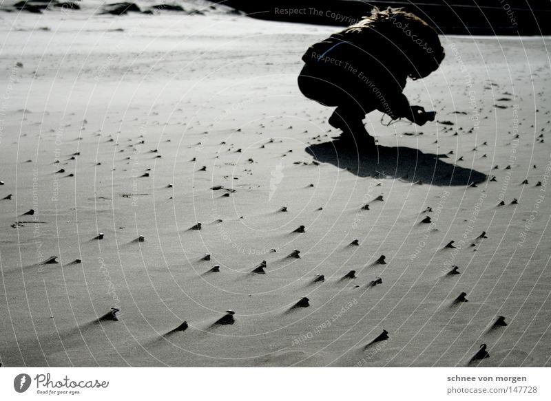 motiv gefunden Strand Nordsee Wind Wasser See Schatten Mensch Frau Fotograf Fotografieren gebeugt Körperhaltung Muschel Sand Wattenmeer Ebbe Flut Wassermassen