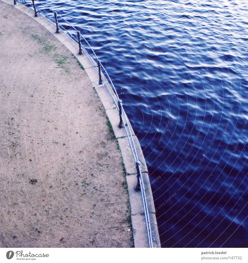 Alster Wasser blau Sand Wege & Pfade Stein See nass Fluss Bürgersteig Geländer Anlegestelle fließen Schwung Bogen Promenade