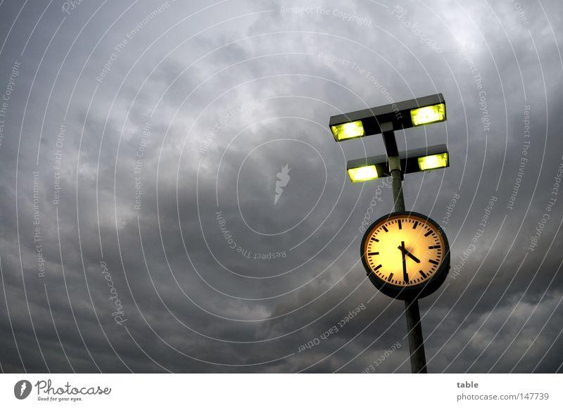 Endzeitstimmung Uhr Zeit Lampe Laterne Wolken Gewitterwolken Unwetter Sturm Nachmittag bedrohlich spät dunkel grau gelb Licht Gefühle Himmel Deutschland