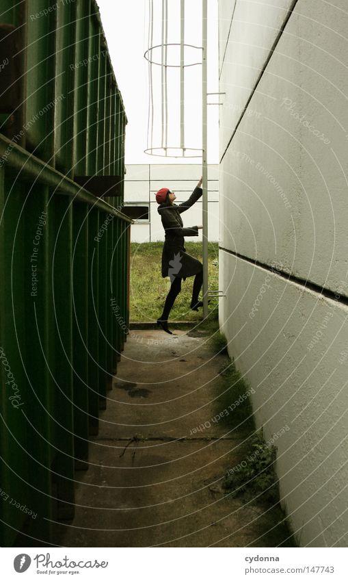 In geheimer Mission Frau Mensch schön Einsamkeit Ferne Leben Architektur Gefühle Stil Gebäude Linie Zeit Horizont Fassade ästhetisch Suche