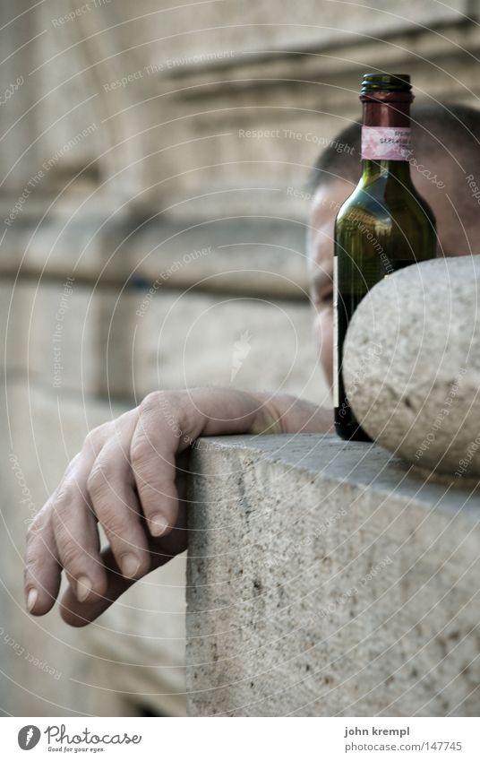 a drink needs me - i don't Rotwein Glasbehälter Alkohol trinken Alkoholisiert Bettler Armut obdachlos Obdachlose Hand anlehnen gammeln hängen Langeweile fade