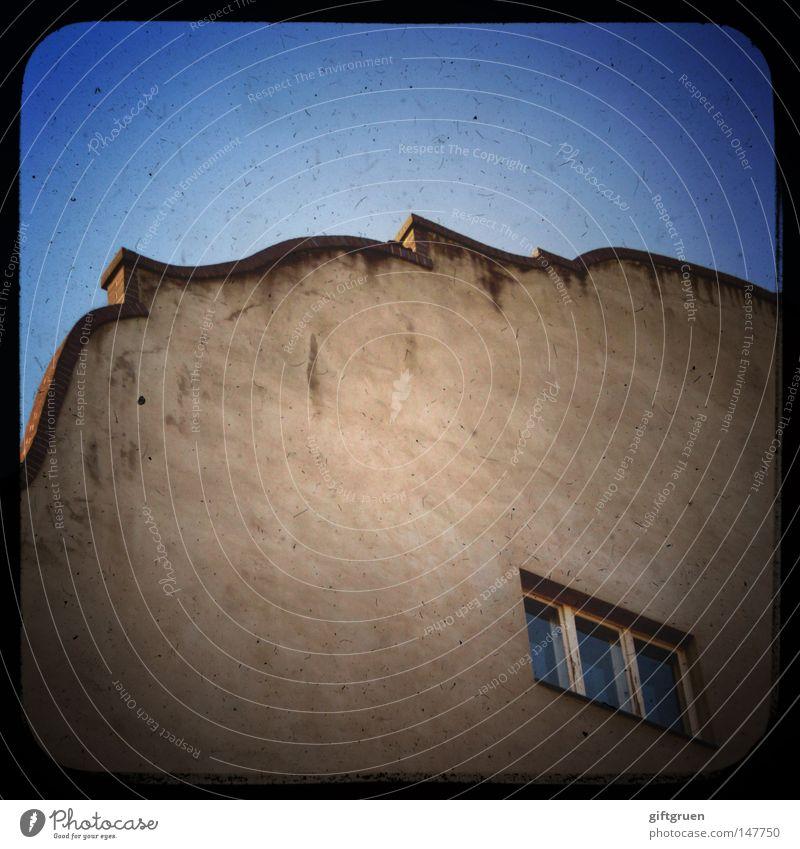fens|terln (österr.): besuch bei d. geliebten (durch d. fenster) Himmel Freude Haus Fenster Fassade Dach