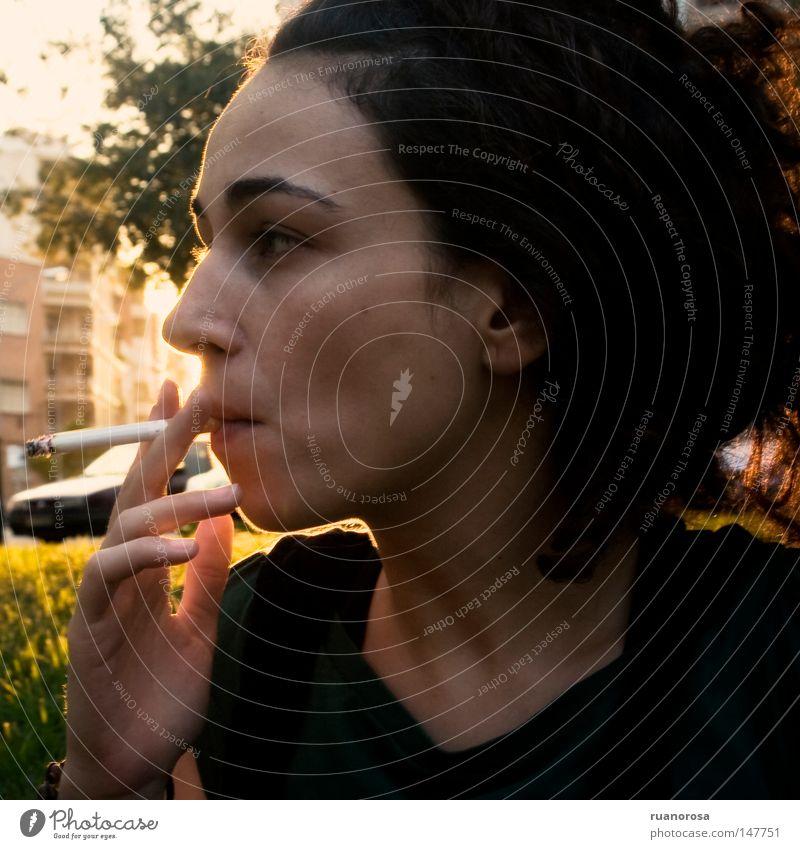 Frau Gesicht Haus Straße Kopf Kopf Gebäude Mund Industrie KFZ Behaarung Rauch Tabakwaren Abenddämmerung Augenbraue