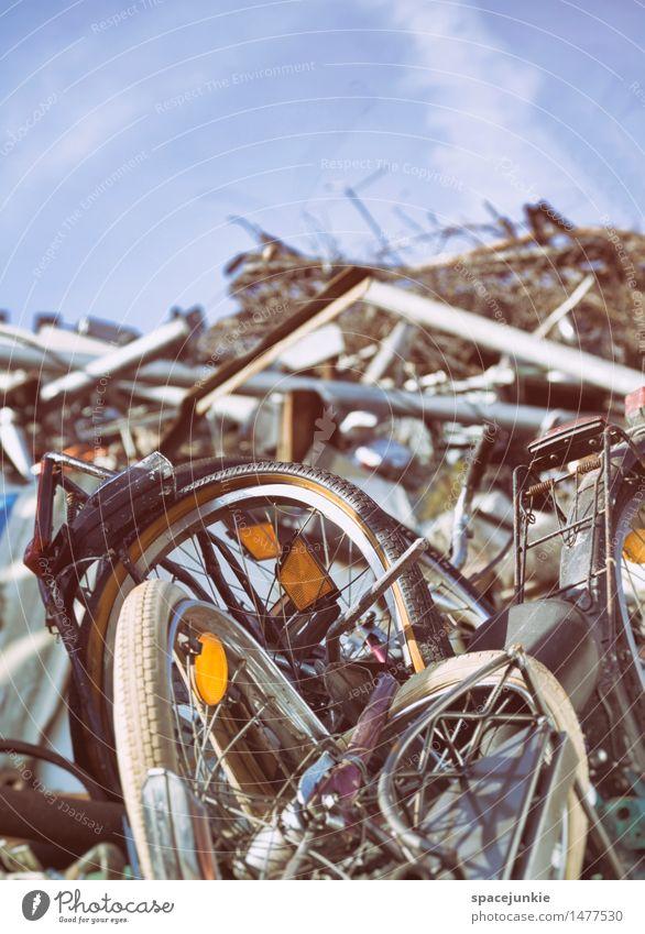 My old bicycle Kunststoff Kommunizieren außergewöhnlich dreckig hässlich kalt kaputt Senior Armut Vergangenheit Vergänglichkeit Zerstörung Fahrrad Rad Schrott