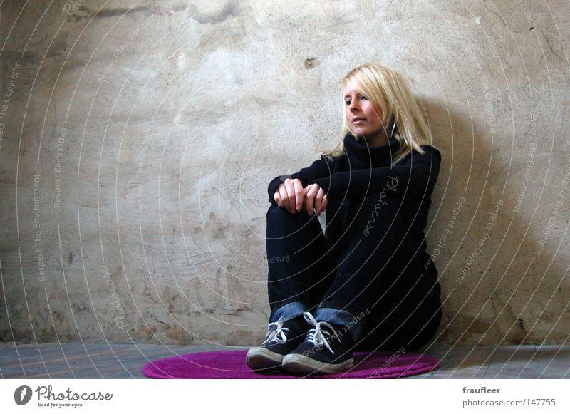 ich bin nicht allein Frau Jugendliche schön alt schwarz Einsamkeit Farbe kalt feminin Wand Holz Haare & Frisuren Traurigkeit Mauer