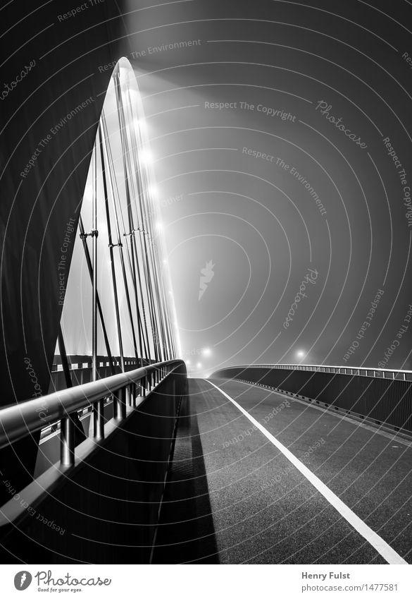 Brückenlichter Architektur Stadt Beton Stahl authentisch Brückengeländer Nacht Langzeitbelichtung Licht Schwarzweißfoto Außenaufnahme Kunstlicht