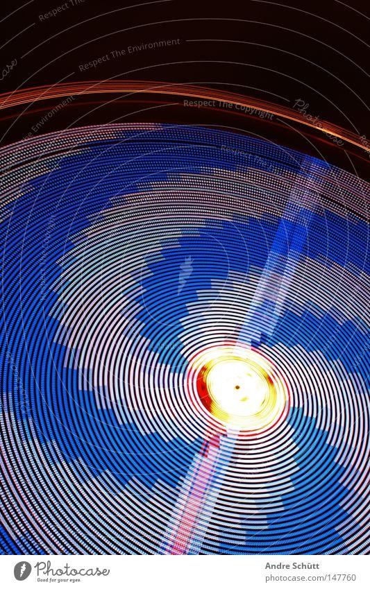 Vertigo Karussell Fahrgeschäfte weiß schwarz Geschwindigkeit Langzeitbelichtung Jahrmarkt Bremen Schausteller Angst Panik Freude Industrie Carrousel blau