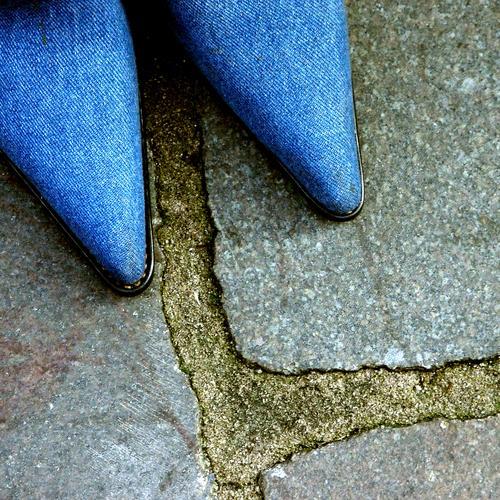 HH08.4 - Grundausstattung Frau blau feminin Stein Schuhe Erwachsene Bekleidung paarweise Ecke Bodenbelag Spitze außergewöhnlich Jeansstoff Kopfsteinpflaster
