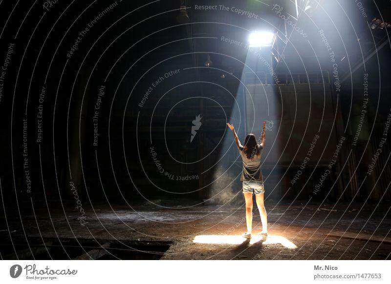 shine a light Junge Frau Jugendliche Arme Beine Industrieanlage Fabrik langhaarig stehen Einsamkeit außerirdisch Lichtpunkt Lichteinfall Bühnenbeleuchtung