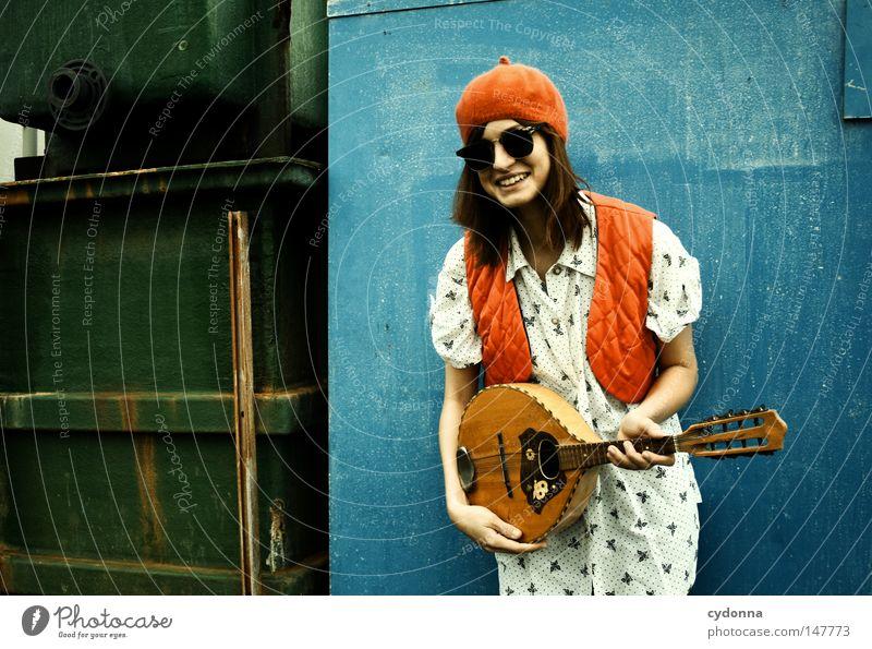 Soll ich wirklich? Frau Mensch alt grün blau schön rot Freude Einsamkeit Leben Wand Gefühle Stil Glück lachen Musik