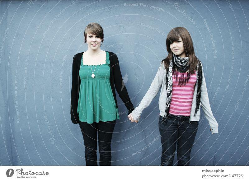 hand in hand Freundschaft Vertrauen Zuneigung lachen Freude Jugendliche blau Fröhlichkeit ähnlich Verschiedenheit Hand Halt Hilfsbereitschaft Verbindung