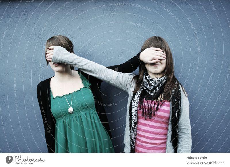 blinde freundschaft Frau Jugendliche blau Junge Frau Freude Erwachsene Wand lustig feminin lachen Zusammensein Freundschaft Zufriedenheit Kindheit Arme Kreativität