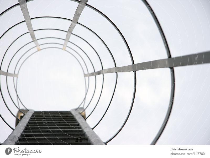 schön langsam oben Angst gehen Industrie Sicherheit Treppe gefährlich bedrohlich Klettern Röhren Eisenrohr steigen Leiter Flucht Geländer