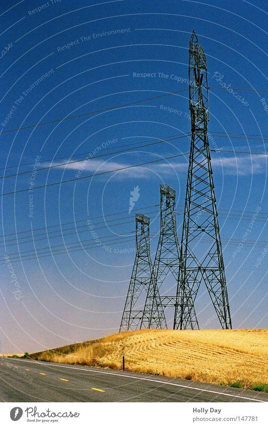 Am Rande der Straße Himmel blau Sommer schwarz Wolken Einsamkeit gelb Straße Feld 3 leer Industrie Elektrizität USA Kabel heiß