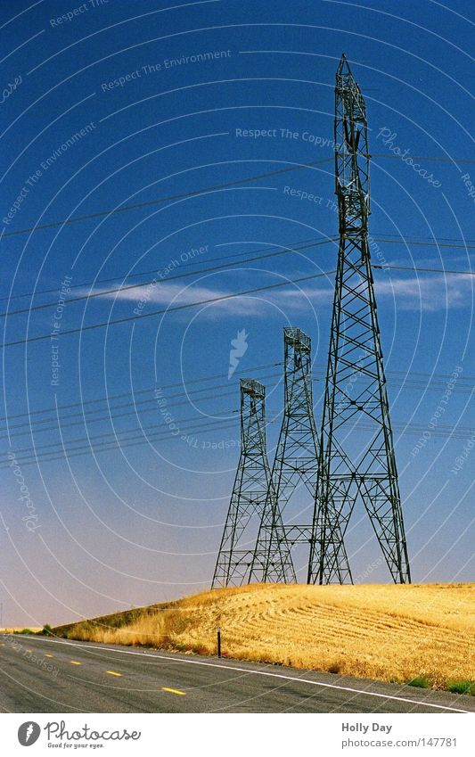 Am Rande der Straße Himmel blau Sommer schwarz Wolken Einsamkeit gelb Feld 3 leer Industrie Elektrizität USA Kabel heiß