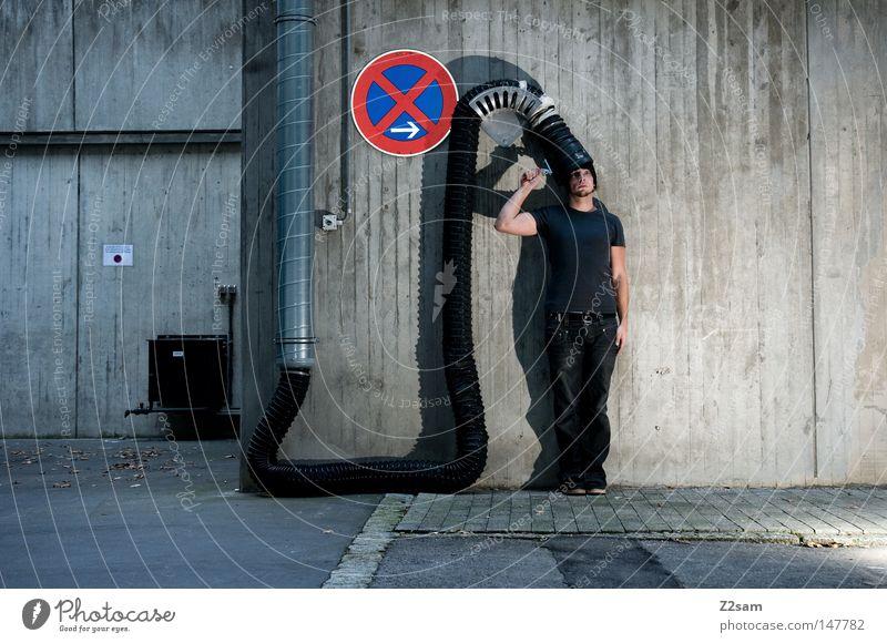 loading..... Mann dunkel Schilder & Markierungen Beton maskulin stehen T-Shirt Industriefotografie stoppen Pfeil Mütze Verbindung Röhren Maschine