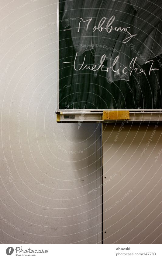 -Mobbing -Unehrlichkeit Psychoterror Tafel Schule Klassenraum Schwamm Kreide weiß grün Wand Schüler lügen Schulunterricht Reinigen Bildung Wut Ärger