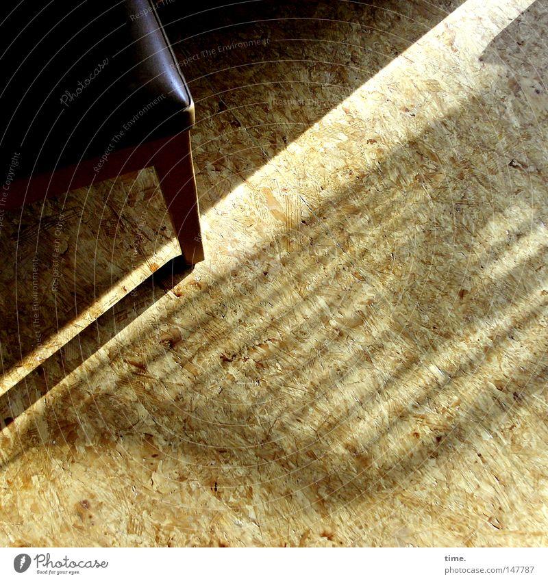 Licht wehte herein und die Noten fanden wieder einander Wärme braun Ecke einzigartig gestreift Textfreiraum Holzfußboden Maserung Stuhllehne Lichteinfall Hocker