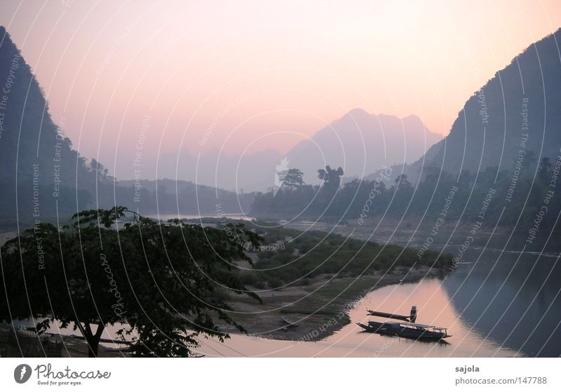 muang ngoi neua Wasser Himmel Baum Ferien & Urlaub & Reisen Ferne Leben Berge u. Gebirge träumen Landschaft Wasserfahrzeug Stimmung rosa Güterverkehr & Logistik