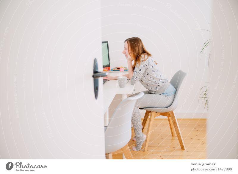 am Arbeiten Jugendliche Junge Frau weiß ruhig Freude Leben Innenarchitektur Stil Lifestyle grau hell Arbeit & Erwerbstätigkeit Büro Freizeit & Hobby