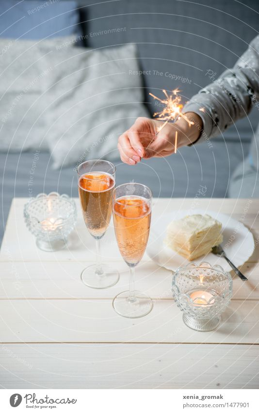 Sekt und Wunderkerzen Kuchen Dessert Süßwaren Ernährung Festessen Getränk Erfrischungsgetränk Alkohol Prosecco Champagner Teller Sektglas Gabel Lifestyle