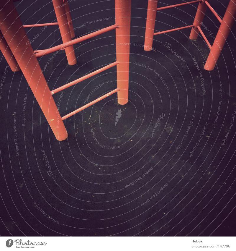 Spielerei rot Freude Spielen Garten Metall Park Fröhlichkeit gefährlich Klettern Spielzeug schreien Kindergarten Schaukel Spielplatz Baugerüst Rutsche
