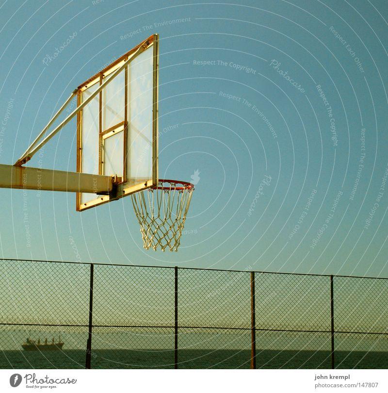versenkt Basketball Basketballplatz Spielplatz Spielen Sport Sportplatz Ball Ballsport Korb einlochen senken Zaun Dämmerung Wasserfahrzeug Kahn Frachter Meer