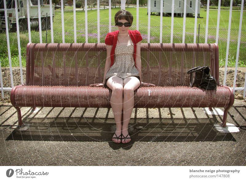 Miss Amelie Australien Frau Langeweile amelie poulain warten Geldinstitut verrotten sonnenbrille maedchen Aufgabe grün Wiese zug Bahnhof sitzen retro