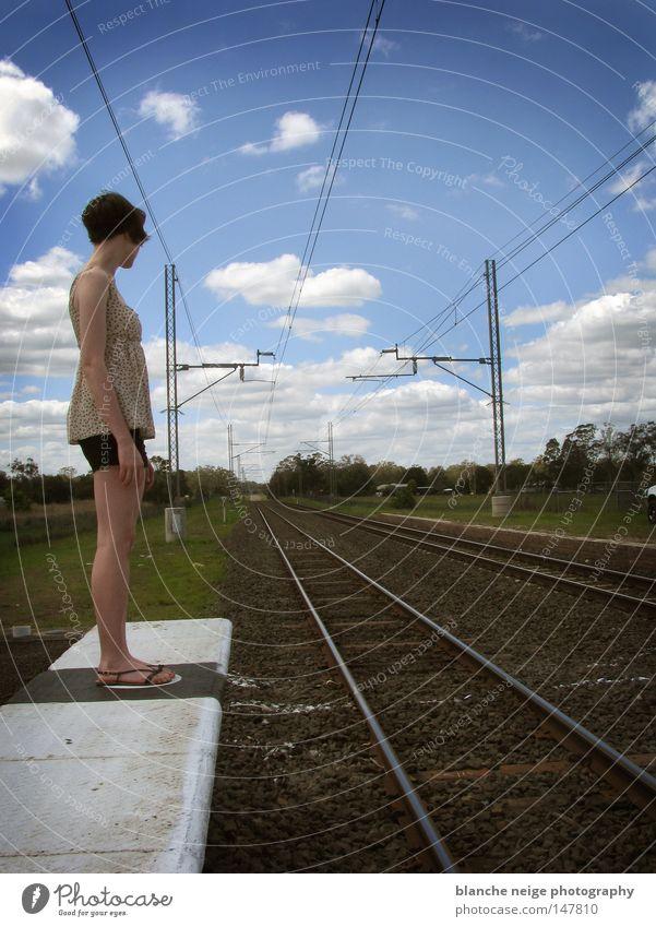stehengelassen Frau Himmel blau Ferien & Urlaub & Reisen Wolken Einsamkeit Wege & Pfade warten Eisenbahn Hoffnung Zukunft stehen Wunsch Gleise Schienenverkehr Richtung