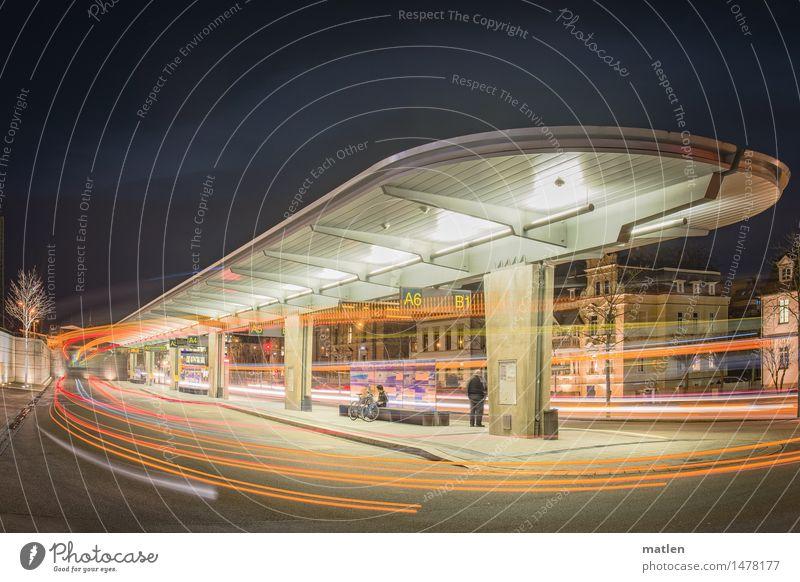 der Neunhunderter Stadt Stadtzentrum Haus Bahnhof Architektur Verkehr Verkehrswege Personenverkehr Öffentlicher Personennahverkehr Busfahren Straße leuchten