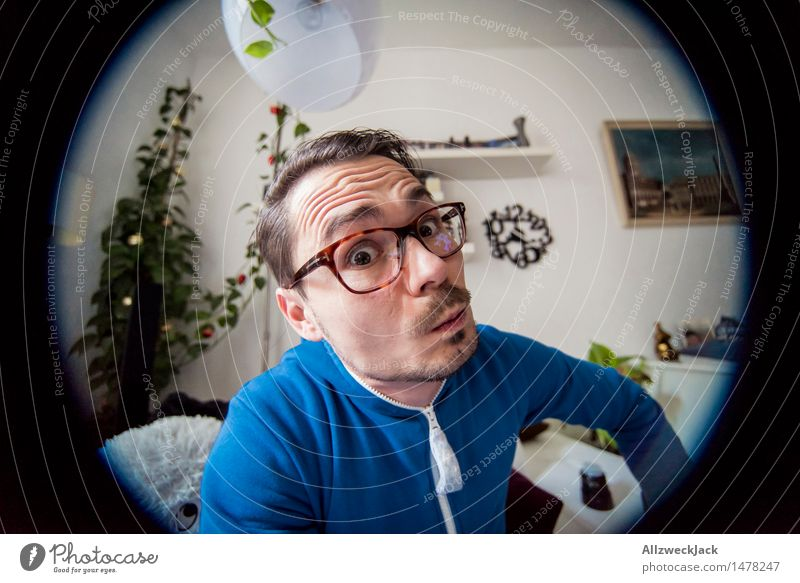 Besorgt maskulin Junger Mann Jugendliche Erwachsene 1 Mensch 30-45 Jahre brünett kurzhaarig Scheitel Oberlippenbart beobachten achtsam Wachsamkeit Überraschung