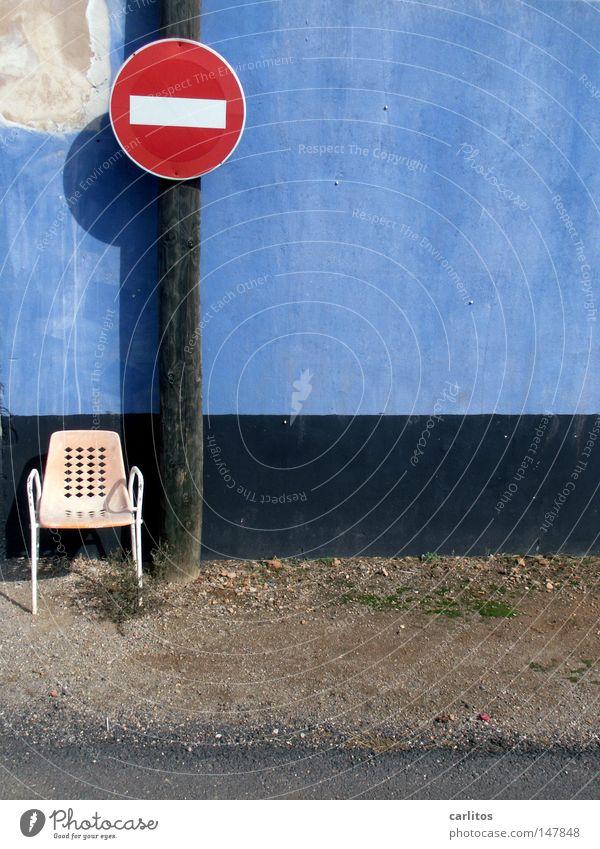 Ein Platz an der Sonne blau Sommer Ferien & Urlaub & Reisen Wand Stuhl Idylle verfallen Spanien Strommast Barriere Mallorca Fußballplatz mediterran Straßennamenschild Verkehrszeichen gesperrt