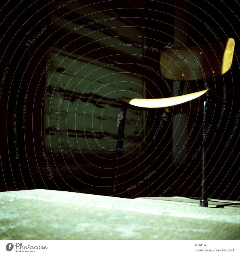 [HH 3.0] Sitzgelegenheit alt Sonne Holz Metall Tür Beton Boden Stuhl geheimnisvoll Möbel entdecken Etage bequem Mittelformat verborgen Speicher
