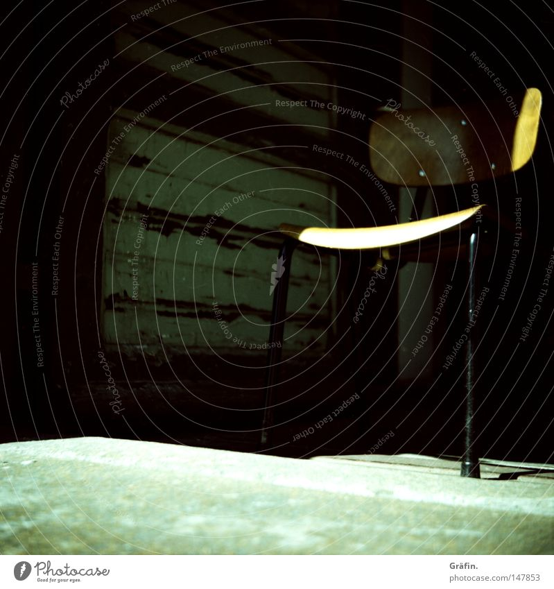 [HH 3.0] Sitzgelegenheit Stuhl bequem Holz alt Sonne Licht Schatten geheimnisvoll verborgen Boden Etage Speicher entdecken Metall Tür Beton Lomografie